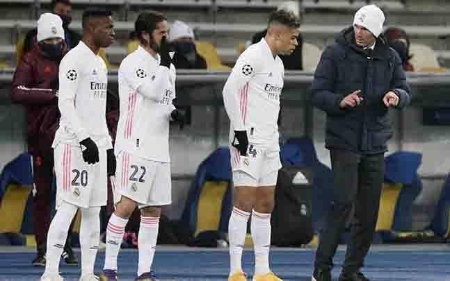 Pelatih Real Madrid Zinedine Zidane memberi instruksi pada Mariano, Isco dan Vinicius Junior saat bertanding melawan Shakhtar Donetsk dalam penyisihan grup B Liga Champions di NSC Olimpiyskiy, Kyiv, Ukraina, 1 Desember 2020. (foto : REUTERS/Gleb Garanich via teras.id)