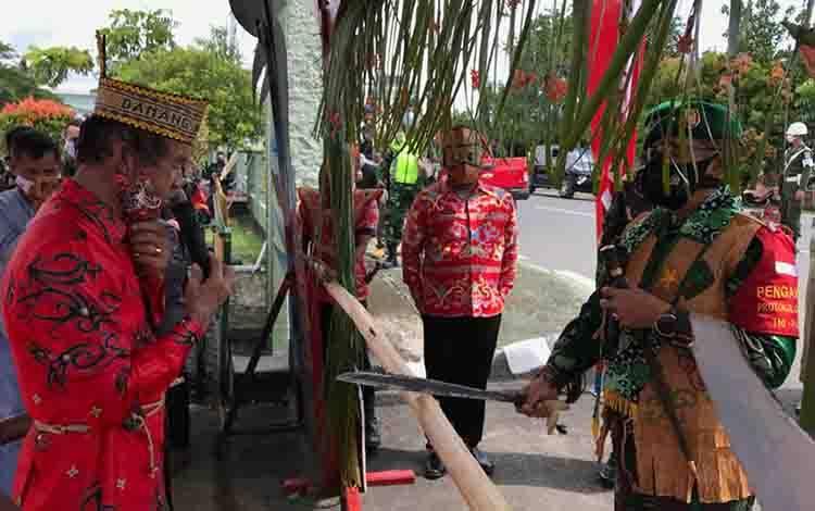 Danrem 102 Panju Panjung, Brigjen TNI Purwo Sudaryanto tiba di Kodim 1011 Kuala Kapuas disambut dengan tradisi adat potong pantan, Kamis, 3 Desember 2020.