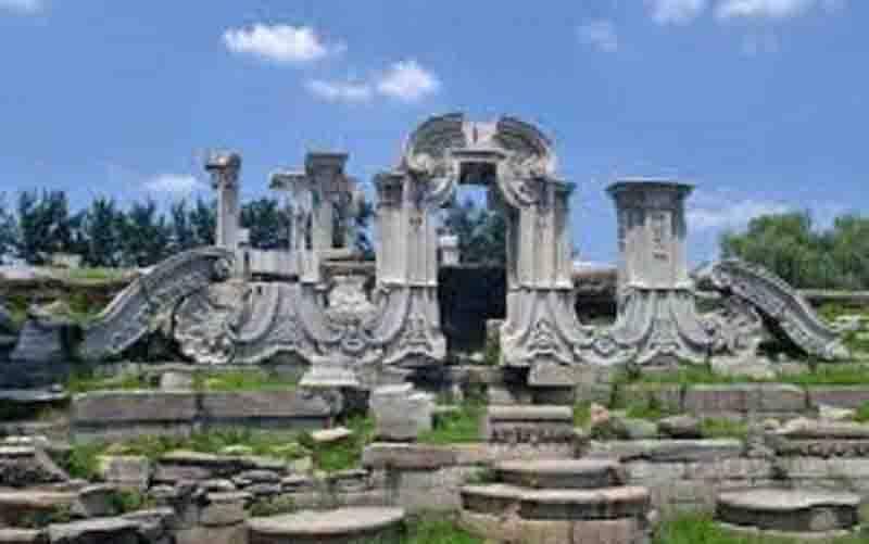 Istana Kuno Musim Panas atau Yuanmingyuan yang tetap lestari dalam kondisi porak-poranda akibat Perang Candu Kedua (1856-1860). (foto : Wikipedia)