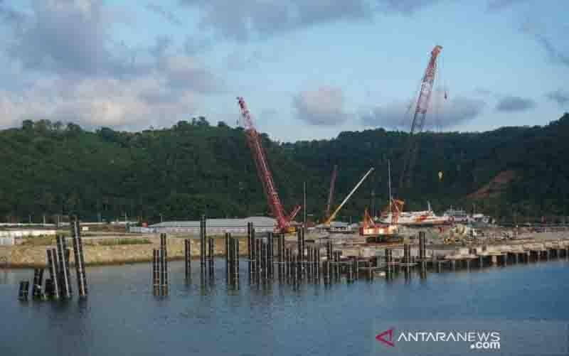 Sejumlah alat berat beroperasi di areal proyek pembangunan Terminal Gili Mas, di Kecamatan Lembar, Kabupaten Lombok Barat, NTB. (foto : ANTARA/Awaludin)