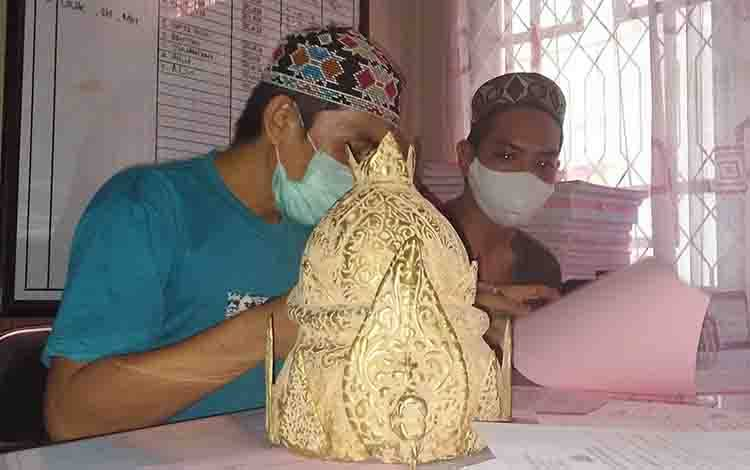 Ahmad alias Amay dan Ahmad Syairi alias Rawingw, tersangka kasus penipuan modus benda antik mahkota raja palsu.
