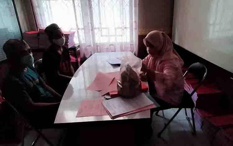 Ahmad alias Amay dan Ahamd Syairi alias Rawingw, tersangka kasus penipuan modus benda antik saat diperiksa jaksa.