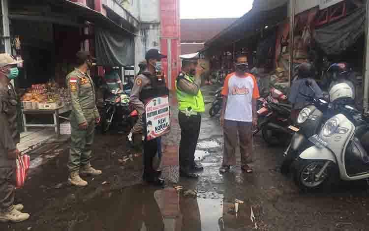 Personel Satuan Lalu Lintas Polres Seruyan saat memberikan imbauan protokol kesehatan di kawasan pasar Kuala Pembuang