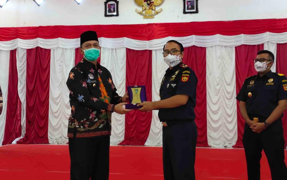 Bupati Sukamara, Windu Subagio menyerahkan plakat kepada Kepala Kantor Bea Cukai Pangkalan Bun, Pandhu Pratomo