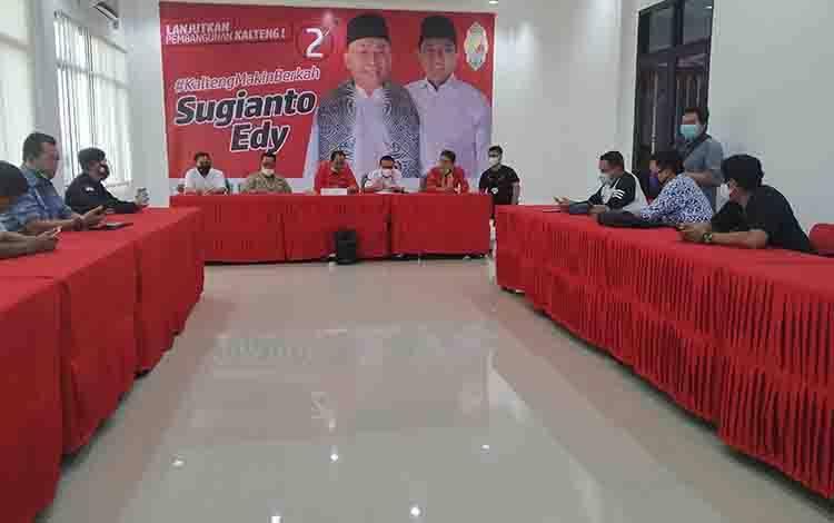 Ketua Tim Kampanye Provinsi  Arton S Dohong saat konferensi pers penyampaian kesiapan pemenangan pasangan Sugianto-Edy di Ruangan Sekretariat DPD PDI Perjuangan Jalan Soekarno, Kota Palangka Raya