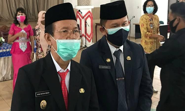 Sekda Kapuas Septedy (kanan) mendampingi Plt Bupati Kapuas HM Nafiah Ibnor.