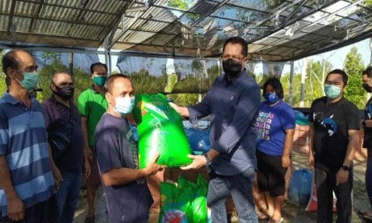 Kepala Dislutkan Provinsi Kalteng Darliansjah menyerahkan bantuan benih ikan patin dan pakan ikan di Kabupaten Pulang Pisau.
