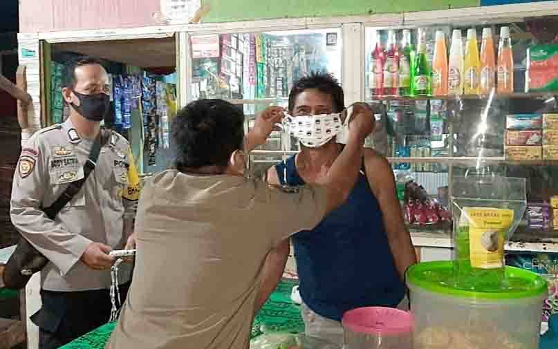 Operasi yustisi protokol kesehatan covid-19 malam hari di Tamiang Layang, Kamis, 3 Desember 2020.