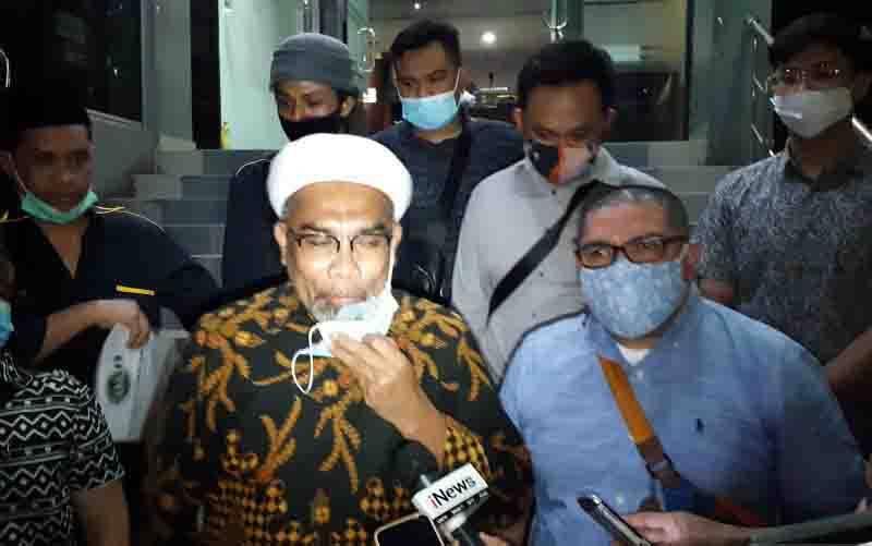 Tenaga Ahli Utama Kantor Staf Presiden (KSP) Ali Mochtar Ngabalin (tengah) melaporkan dua orang ke Polda Metro Jaya atas dugaan tindak pidana pencemaran nama baik, Kamis (3/12/2020). (foto : ANTARA/Fianda Sjofjan Rassat)