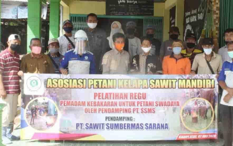 Pelatihan dari tim Fire Management PT SSMS Tbk untuk Asosiasi Petani Kelapa Sawit Mandiri.