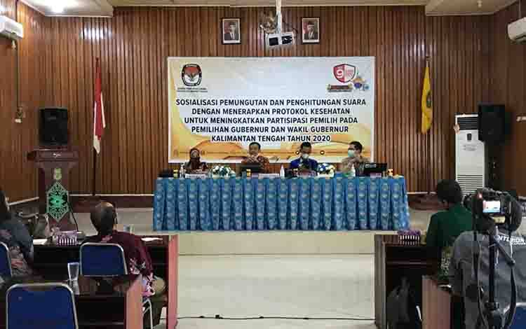 Sosialisasi pemungutan suara dan penghitungan suara dengan menerapkan protokol kesehatan, bertempat di Bappeda, Jumat 4 Desember 2020