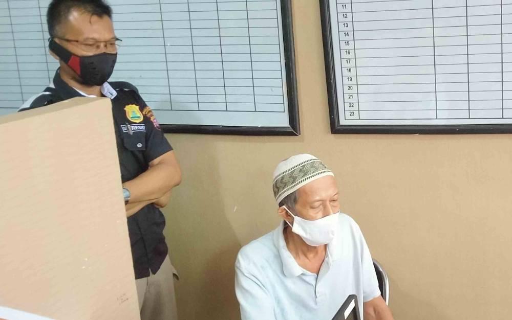 Wahyudin alias Amang Idin (57) bersama Kanit Reskrim Polsek Baamang