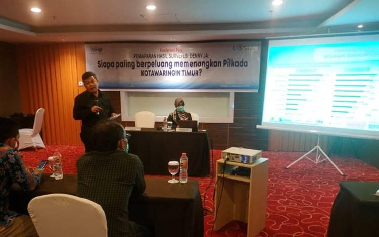 Sunarto, saat menjelaskan hasil survei LSI terhadap calon bupati di Kotim, yang paling berpeluang menang.