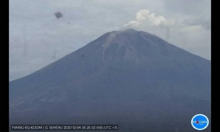 Visual Gunung Semeru pada Jumat pukul 06.05 WIB yang terlihat jelas (ANTARA/ HO - PVMBG)