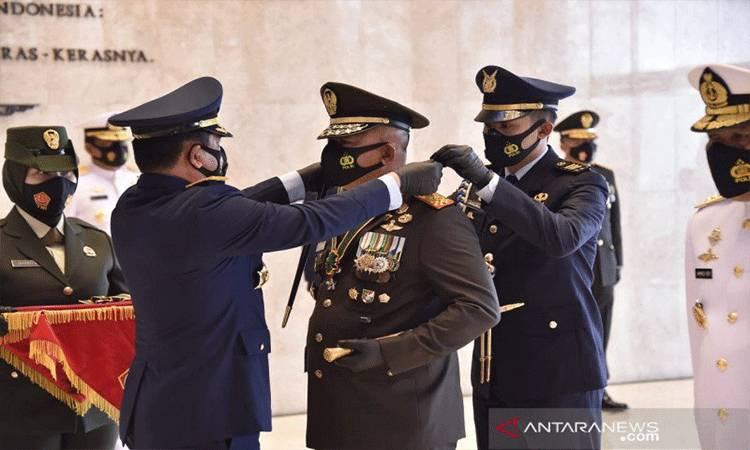 Panglima TNI Marsekal TNI Hadi Tjahjanto saat menyematkan tanda kehormatan Bintang Dharma kepada salah satu perwira tinggi TNI, di Mabes TNI Cilangkap, Jakarta Timur, Jumat (4/12/2020). (ANTARA/HO-Puspen TNI)