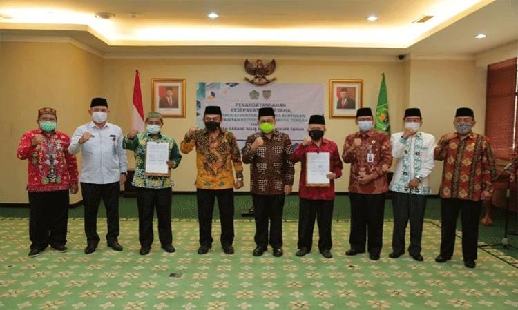 Plt Gubernur Kalteng Habib Ismail Bin Yahya foto bersama setelah penandatanganan kesepakatan hibah tanah Masjid Raya Darussalam dari Kemenag RI kepada Pemprov Kalteng.