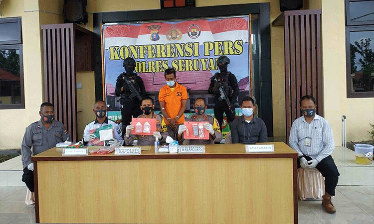 Kapolres Seruyan AKBP Bayu Wicaksono didampingi pejabat utama Polres Seruyan saat konferensi pers pengungkapan kasus narkotika jenis sabu di Mapolres Seruyan.