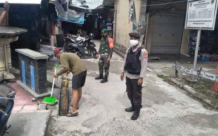 Warga tak pakai masker dihukum menyapu. Pelanggar protokol kesehatan ini terjaring operasi yustisi Covid-19 di Kecamatan Kumai, Sabtu, 5 Desember 2020.