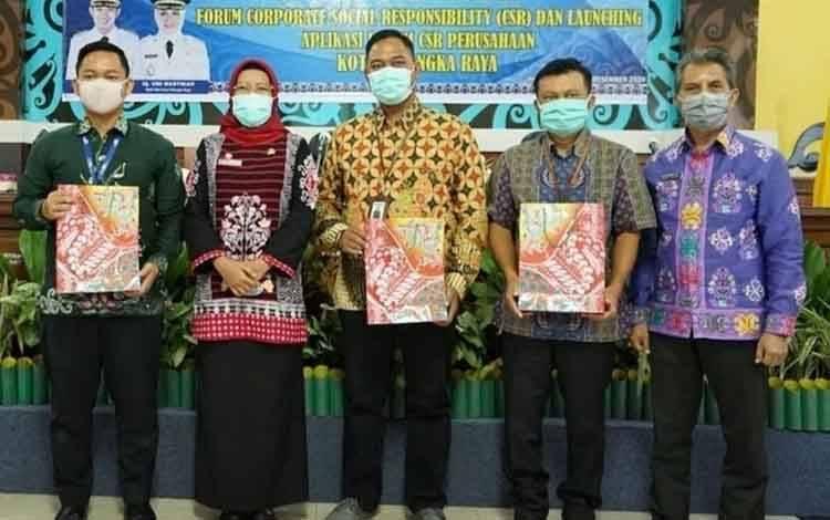 Sekda Kota Palangka Raya Hera Nugrahayu foto bersama anggota forum CSR, Kamis, 3 Desember 2020.