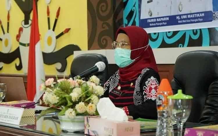 Sekda Kota Palangka Raya, Hera Nugrahayu saat rapat bersama forum CSR, Kamis, 3 Desember 2020.
