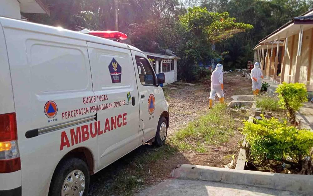 Ambulans Gugus Tugas Covid-19 Barito Timur mengantar pasien positif ke ruang isolasi.