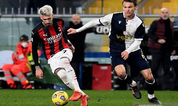 Penyerang AC Milan Samuel Castillejo (kiri) berduel memperebutkan bola melawan gelandang Sampdoria Albin Ekdal (kanan) pada pertandingan Liga Italia yang dimainkan di Stadion San Siro, Milan,Minggu (6/12/2020). (ANTARA/AFP/ANDREAS SOLARO)