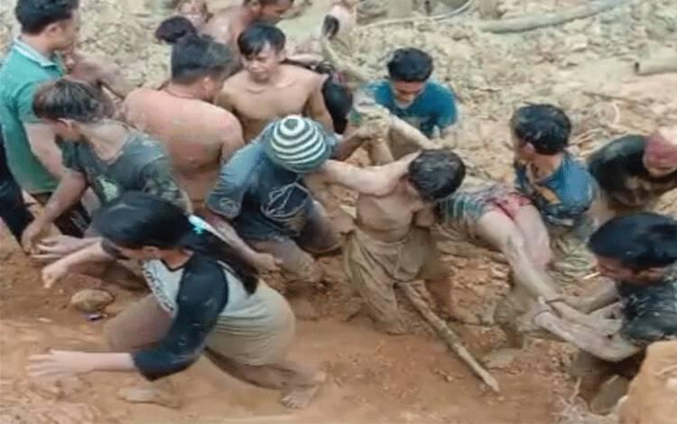 Salah satu korban tewas yang berhasil dievakuasi dari lubang tambah yang terjadi longsor di Murung Raya pada Senin, 7 Desember 2020.