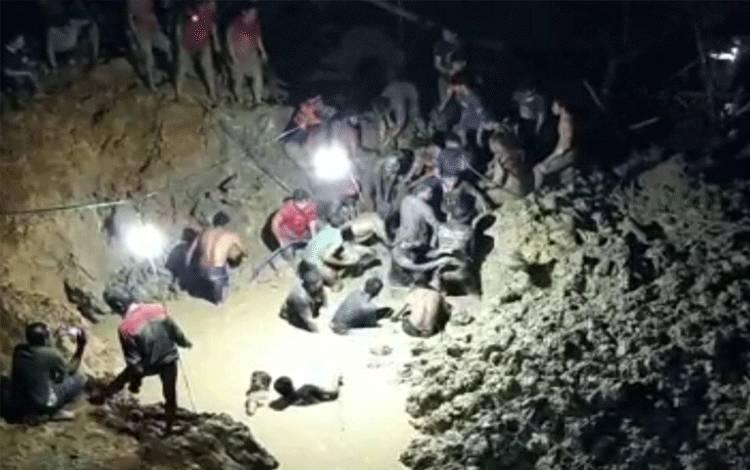 Warga bergotong royong mencari korban yang tertimbun tanah longsor di lokasi pertambangan emas di Desa Olung Hanangan, Kecamatan Tanah Siang, Kabupaten Murung Raya, Senin malam, 7 Desember 2020.