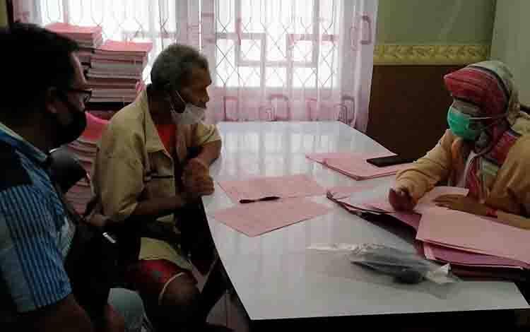 Kakek 57 tahun, tersangka kasus asusila saat diperiksa jaksa.