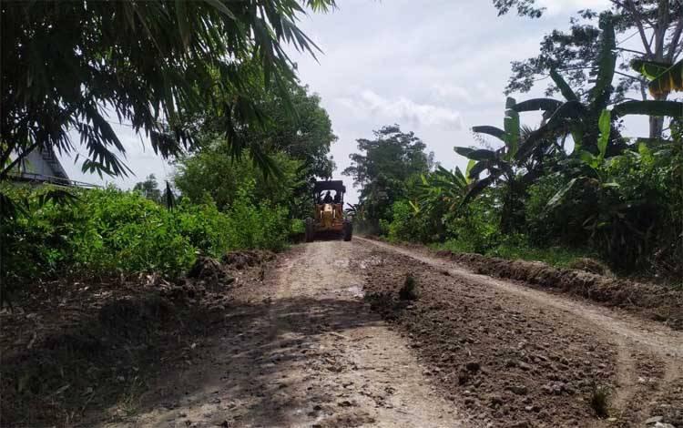 Perbaikan jalan yang dilakukan PT MKM dan PT BSG mengakses menuju Bahaur