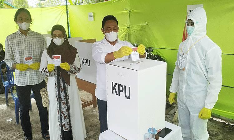 Bupati Pulang Pisau Edy Pratowo bersama keluarga saat memberikan hak suaranya di TPS 03 Pulang Pisau pada Pemilihan Gubernur dan Wakil Gubernur Kalteng 2020.