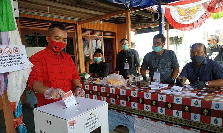 Ketua DPRD Seruyan Zuli Eko Prasetyo saat menggunakan hak pilihnya di TPS 02 Kelurahan Kuala Pembuang I.