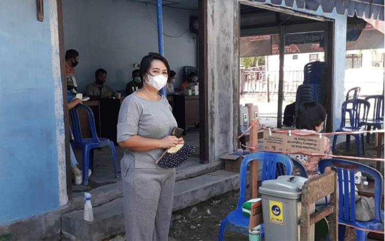 Anggota DPRD Kabupaten Gunung Mas, Iceu Purnamasari saat menggunakan hak pilih di TPS.