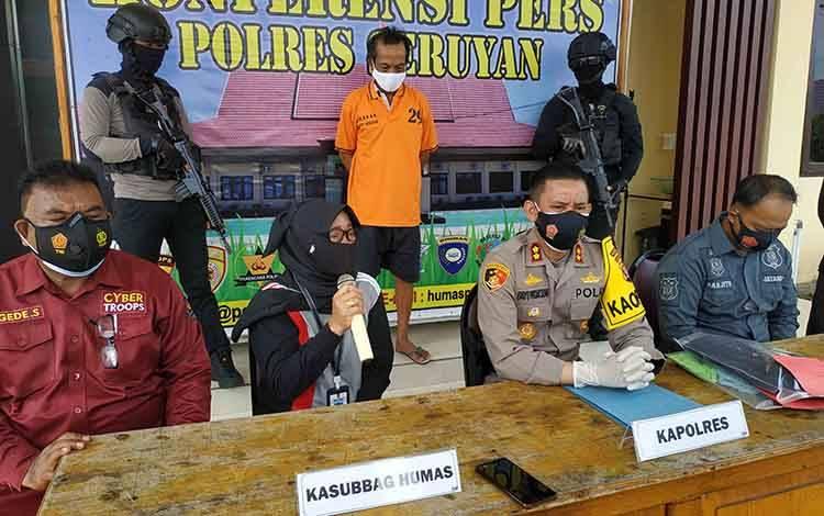 Kabid Rehabilitasi Sosial Dinsos Seruyan, Mujiyem saat mengikuti konferensi pers