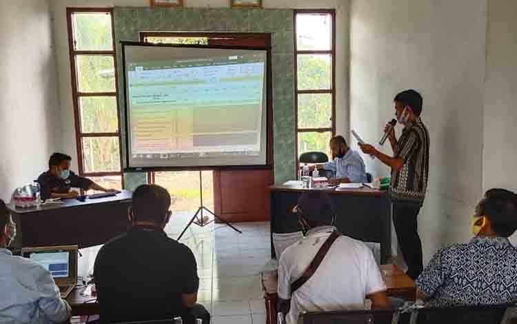 PPK Suling Tambun saat menggelar rapat pleno penghitungan suara   Pilkada Kalteng di kecamatan  setempat