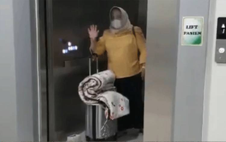 Bupati Kobar Nurhidayah saat memasuki lift menuju ruang isolasi RSUD Sultan Imanuddin Pangkalan Bun, Jumat malam, 11 Desember 2020.