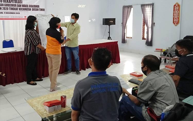Rekapitulasi suara di Kecamatan Dusun Timur.