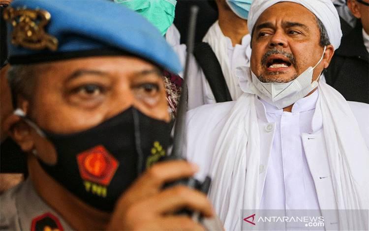 Tersangka dugaan melawan undang-undang atau aparat berwenang Rizieq Shihab menyerahkan diri ke Polda Metro Jaya, Sabtu (12/12/2020)