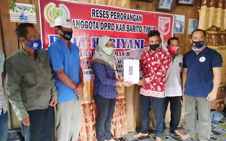 Anggota DPRD Barito Timur, Rida Heriyani, saat melakukan reses perorangan di Desa Kalinapu.