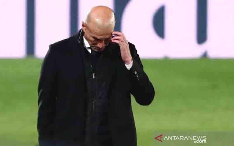 Ekspresi Pelatih Real Madrid Zinedine Zidane saat timnya ditekuk Deportivo Alaves di pekan ke-11 La Liga, Sabtu (28/11/2020). (foto : REUTERS/Javier Barbancho)