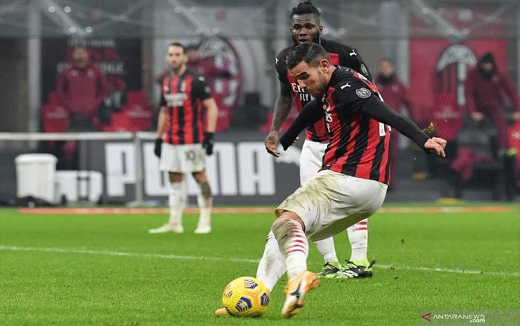 Bek AC Milan Theo Hernandez mencetak gol ke gawang Parma pada pertandingan Liga Italia yang dimainkan di Stadion San Siro, Milan, Minggu (13/12/2020). (ANTARA/Isabella BONOTTO / AFP)