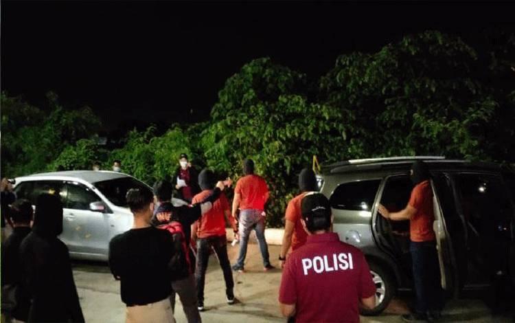Bareskrim menggelar rekonstruksi penembakan 6 anggota laskar FPI oleh anggota Polda Metro Jaya pada Senin, 14 Desember 2020 dini hari.