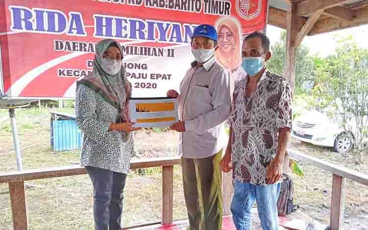 Anggota DPRD Barito Timur, Rida Heriyani saat menerima usulan tertulis atau proposal dari warga Desa Siong.