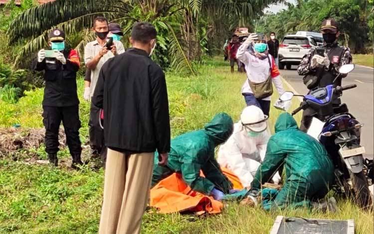Sejumlah petugas kesehatan saat mengevakuasi jenazah korban menggunakan APD lengkap