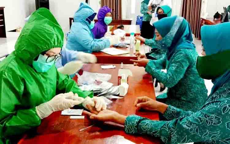 Rapid test gratis dalam rangka peringatan Hari Ibu tahun 2020, di aula Kecamatan Teweh Tengah, Rabu, 16 Desember 2020