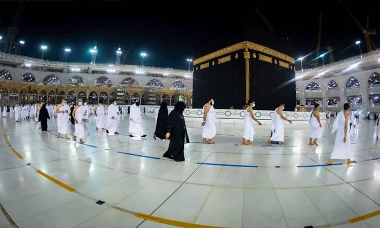 Jamaah menunaikan umrah di Masjidil Haram di Mekkah di kota suci umat Islam ini pada 3 Oktober 2020, sambil mematuhi protokol kesehatan dengan mengenakan masker dan menjaga jarak fisik setelah pemerintah Arab Saudi melonggarkan pembatasan terkait pembendungan penularan penyakit virus corona baru (COVID-19). (ANTARA/VIA REUTERS/MINISTRY OF HAJJ AND UMRAH/tm)