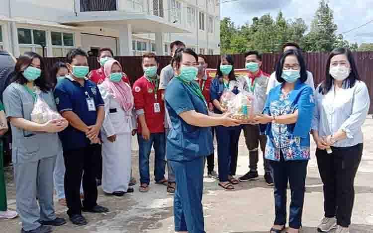 Kaukus Perempuan Parlemen Barito Timur membagikan bingkisan kepada tenaga kesehatan di tempat isolasi pasien covid-19, Kamis, 17 Desember 2020.