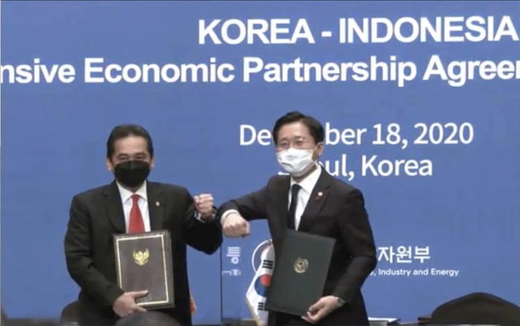 Menteri Perdagangan RI Agus Suparmanto dan Menteri Perdagangan, Industri, dan Energi (MOTIE) Korea Selatan Sung Yun-mo usai menandatangani perjanjian ekonomi komprehensif antara Indonesia-Korea atau Indonesia-Korea Selatan Comprehensif Economic Partnership (IK CEPA) di Seoul, Korea Selatan. (ANTARA/ Youtube)
