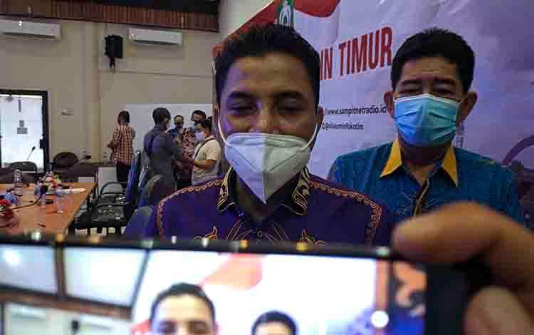 Bupati Kotim Supian Hadi, saat diwawancarai sejumlah wartawan.