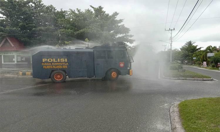 Personel Satuan Sabhara Polresta Palangka Raya melakukan penyemprotan disinfektan di sejumlah ruas jalan. Itu dilakukan sebagai upaya pencegahan penyebaran Covid-19.